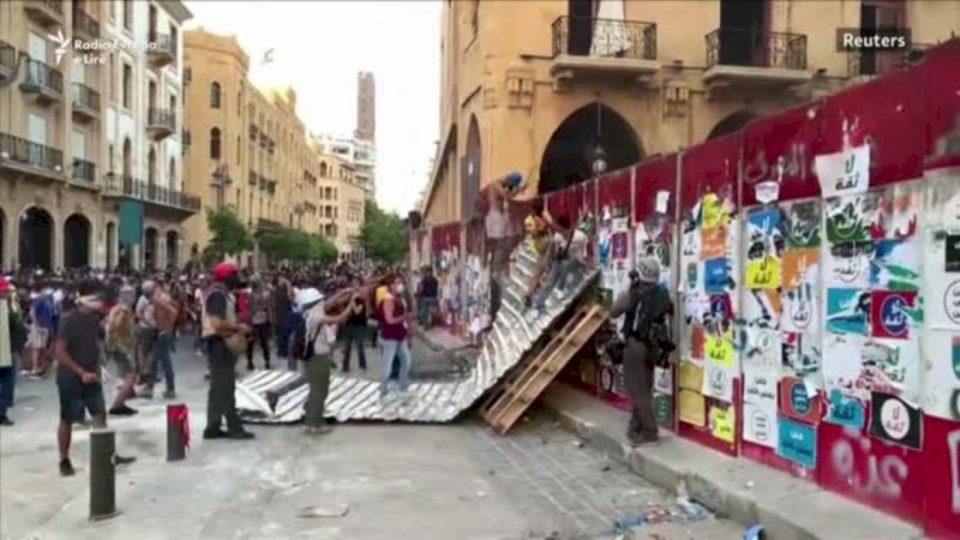Kryeministri i Libanit jep dorëheqje, zemërimi pas shpërthimit rritet