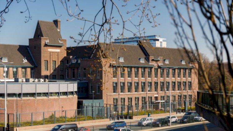Mark Ellis: Rrjedhja e dokumenteve sekrete nga Haga mund ta rrezikojë punën e gjykatës