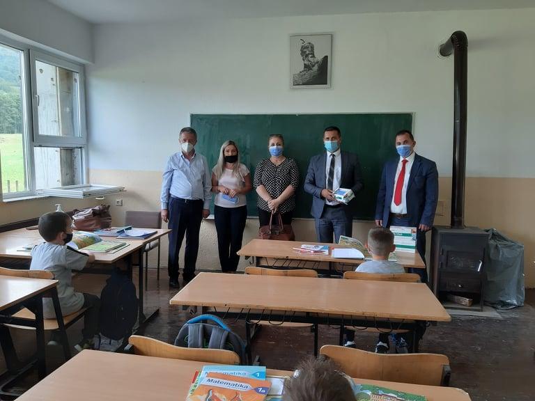 Hapen shkollat, nxënësit me maska (VIDEO)