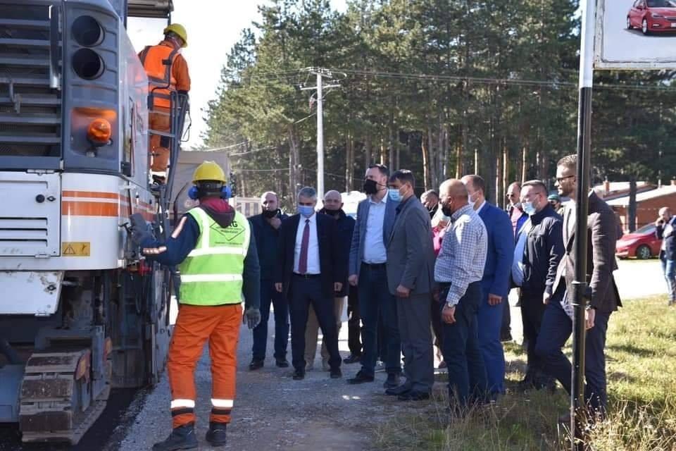 Ministri i Infrastrukturës Arban Abrashi përcolli nga afër punimet e rrugës Tyrbe-Zaplluxhe