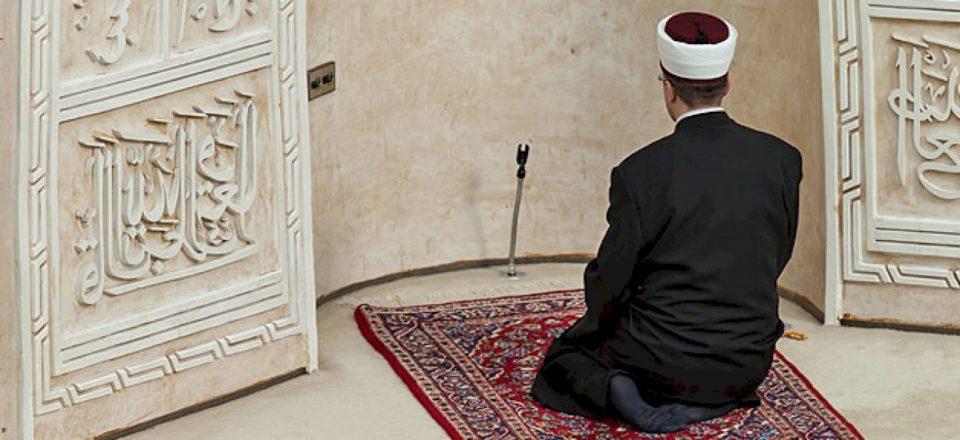 """Zyrtari i lartë i BE-së bën thirrje për formimin e Institutit """"për trajnimin e imamëve"""""""