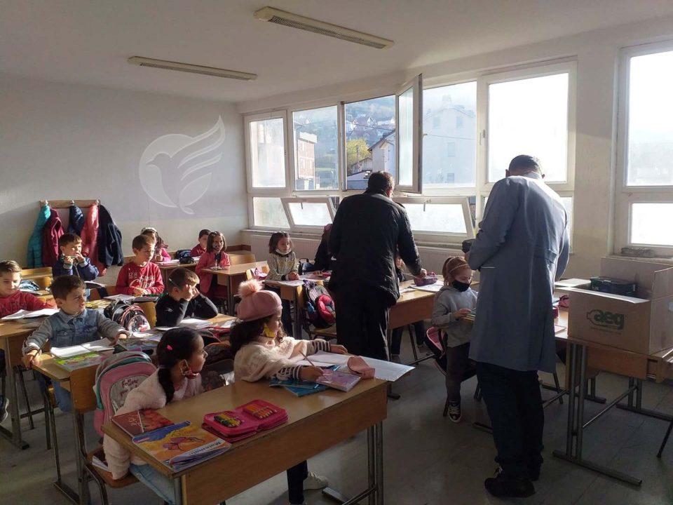 """""""AEG"""" e biznesmenit Shpëtim Kamberi dhuron pako higjienike për shkollën e Bresanës"""