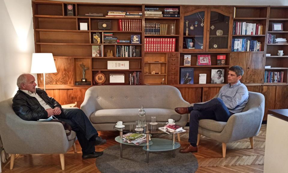 Agjenti serbo-francez takohet me 'kryetarin e Komunës' së Gorës në Beograd, do t'i ndihmojnë goranët me dru