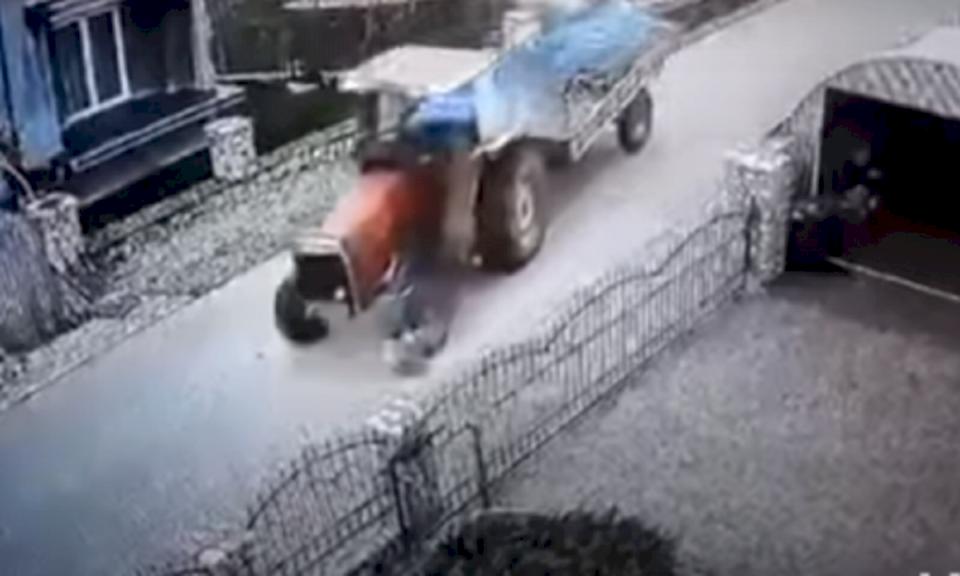 Pamje të rënda: Shkel qëllimisht qenin me traktor