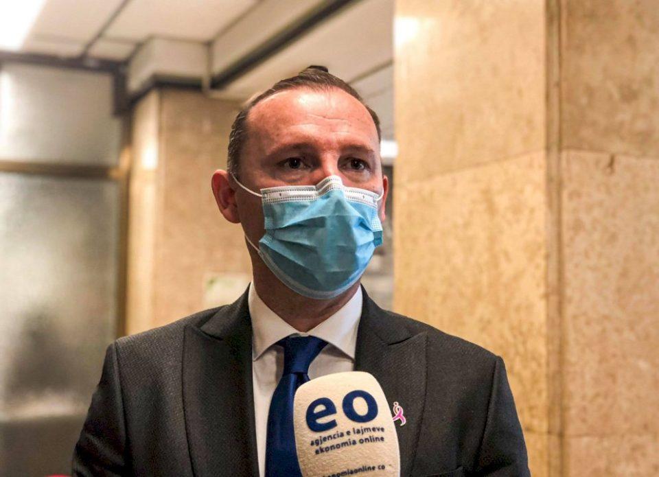 Ministri i Shëndetësisë mban  konferencë për medie