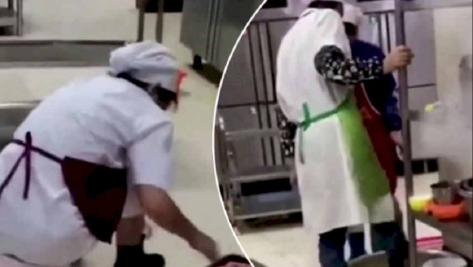 Neveritëse, kuzhinierët në Wuhan përgatisin ushqimin duke e shkelur me këmbë (VIDEO)