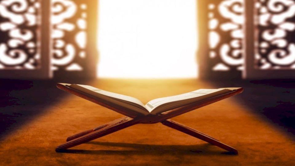 Merrni abdes, hapni Kur'anin në faqen 329…