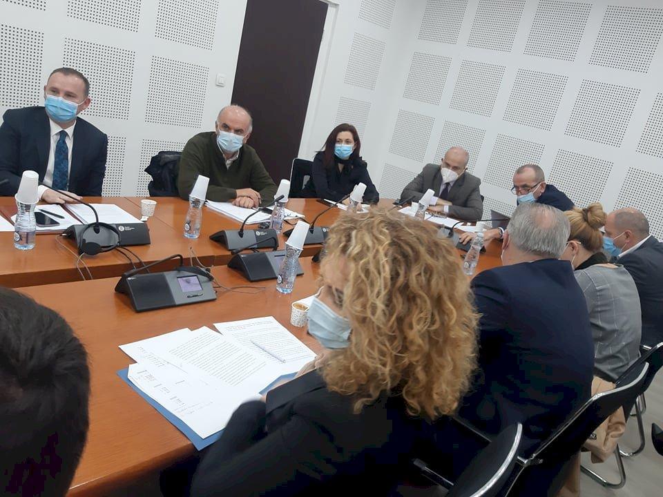 Ramadani i ashpër me deputetët: Po na pengoni në punë, bëni pyetje profesionale e specifike