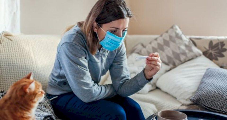 Si të kujdeseni për veten nëse keni simptoma të COVID-19
